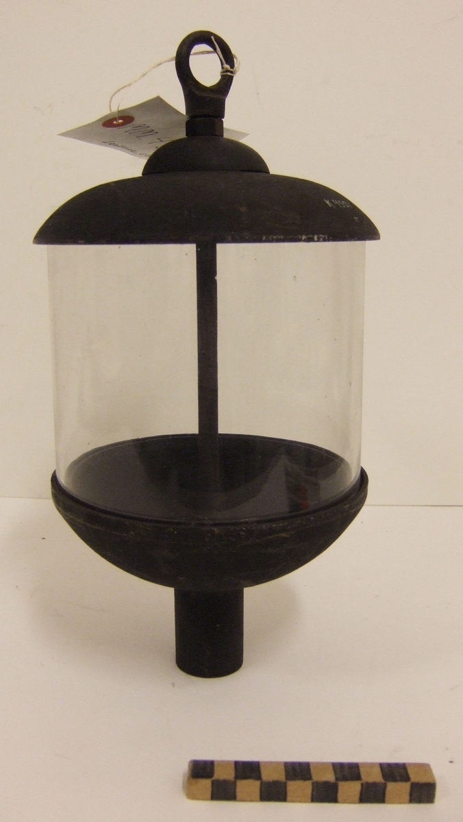 Signallanterna för elström. Den är cylindrisk och av mässing med kupa av glas. Glaset infattat i botten och topp i gjutna skålar av mässing. Botten försedd med invändigt gängad hals för avhåll samt för införande av elkabel till tre stycken gängade lamphållare i lanternan. Toppen försedd med fast ring för upphängning.