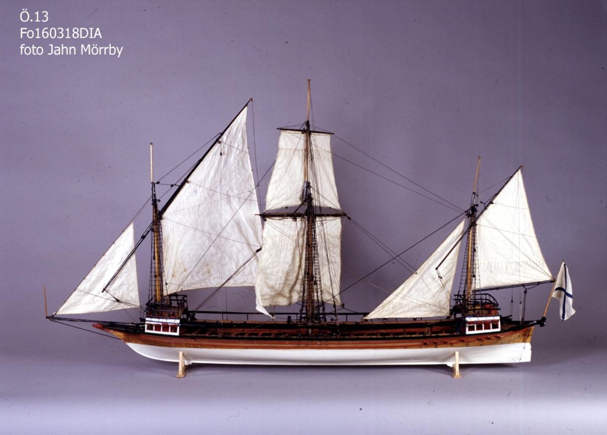 Fartygsmodell av tremastad galär med rå och snedsegel. Rysk örlogsflagg, 20 par åror (14 st. fattades). Kravellbyggd. 22 kanoner. Galjonsfigur i form av ett gäddhuvud.