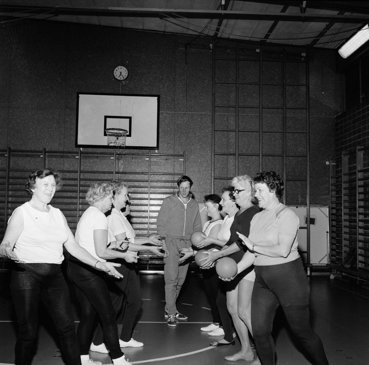 Pausgymnastik för pensionärer, sannolikt Tierpstrakten, Uppland december 1970