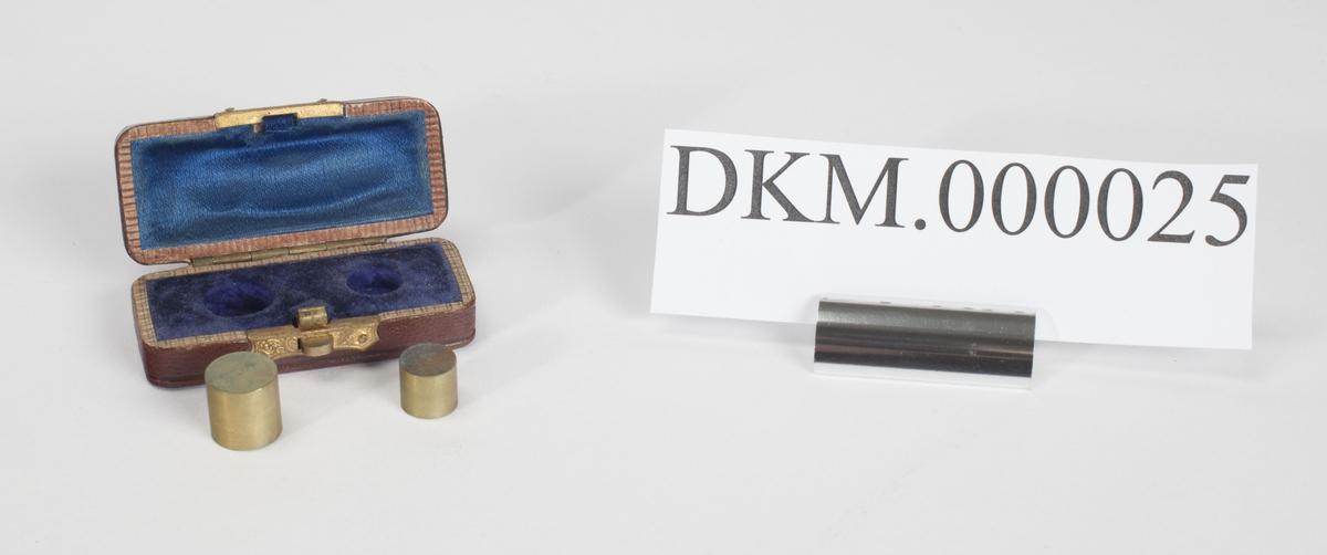 Rektangulært etui som inneholder to kontrollnormaler for myntlodd på 10 og 20 kroner.