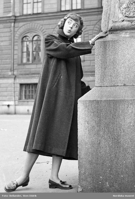 Modell i kappa och loafers vid en staty. - Nordiska museet ... b4d89b98a3b6e