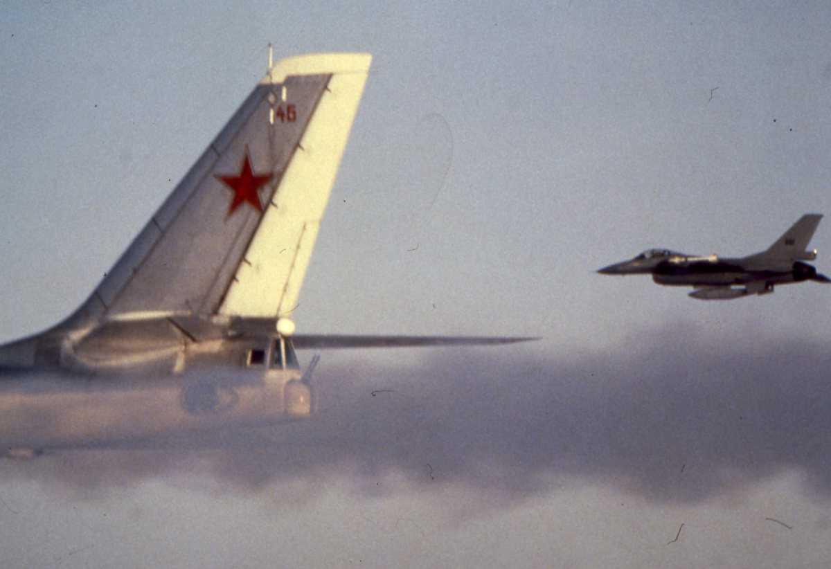 Russisk fly av typen Bear E med nr. 46 og en norsk F-16.