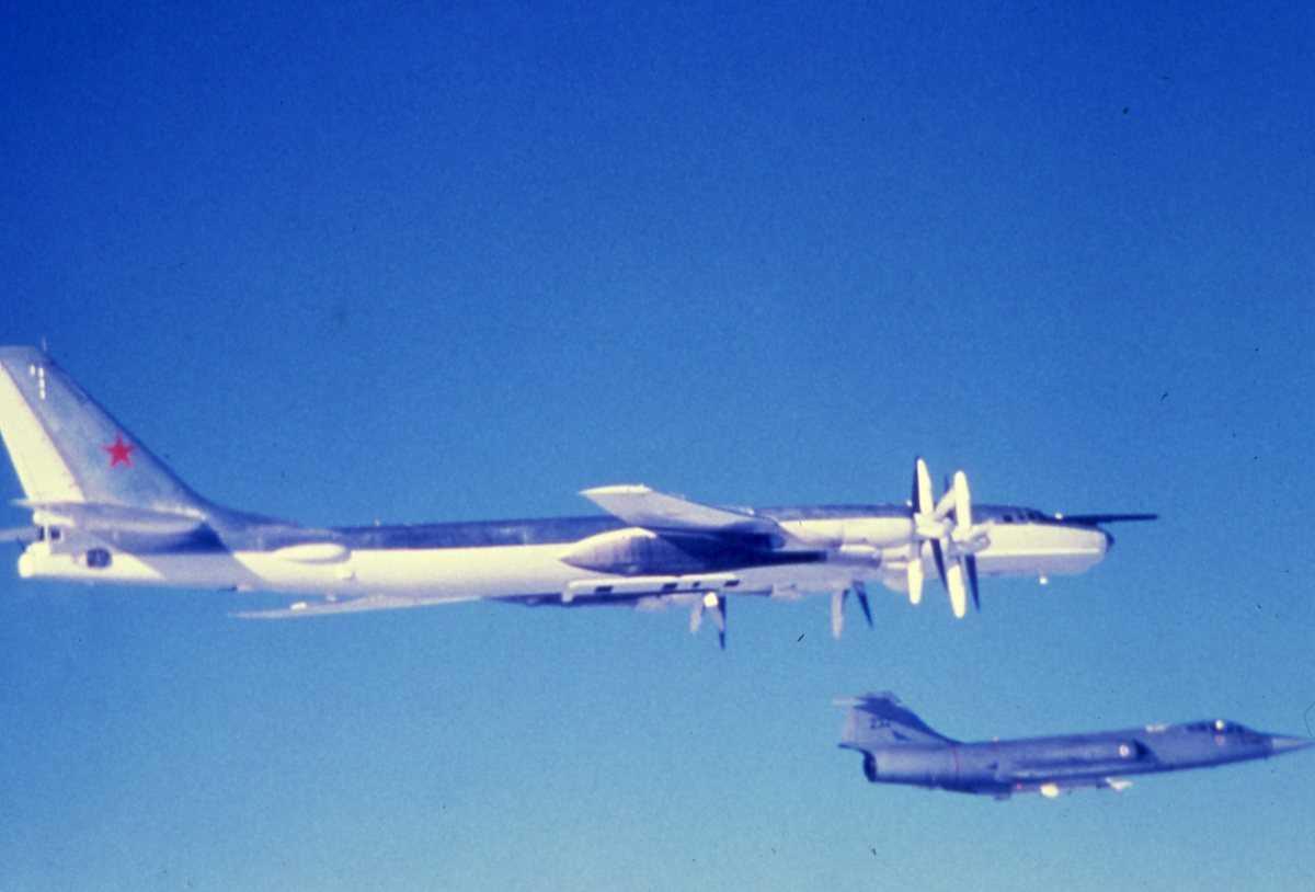 Russisk fly av typen Bear E. En norsk CF-104 med nr. 232 avskjærer Bear'en.