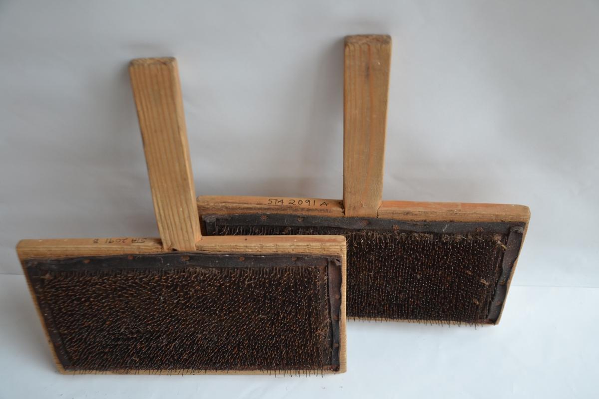 To rektangulære treplater med handtak på den lengste sida. Et stykke lær er spikret fast og har gjennomgående krumma stålpigger som kardar ulla. Ulldotter plasseres på den ene karden og rives mellom de to kardene til de er løse og luftige.