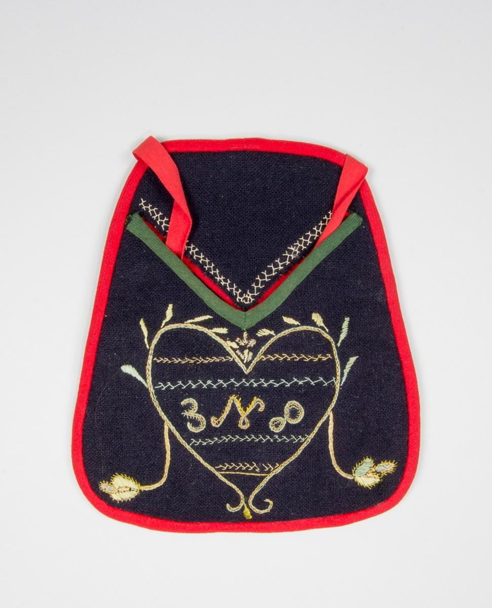Kjolsäck till dräkt för kvinna från Unnaryds socken, Västbo härad, Småland. Modell med v-formad öppning med ficklock. Tillverkad av svart ylletyg, tuskaft, troligen handvävt. Broderi utfört med silkegarn i ljusa färger, gult, grönt, rosa, ljusblått: kedjesöm, stjälksöm, plattsöm och flätsöm. Motiv: hjärta med ornament av blad, insidan fylld med rader av stygn samt monogram: B N D (troligen). Kantad runtom med en remsa rött kläde. Nedre kanten på öppningen klädd med grönt diagonalvävt band av ull. Ficklockets kant med utskjutande remsa av rött kläde. Bakstycke av svart ylletyg, fabriksvävt. Midjeband fabriksvävda av röd bomull.