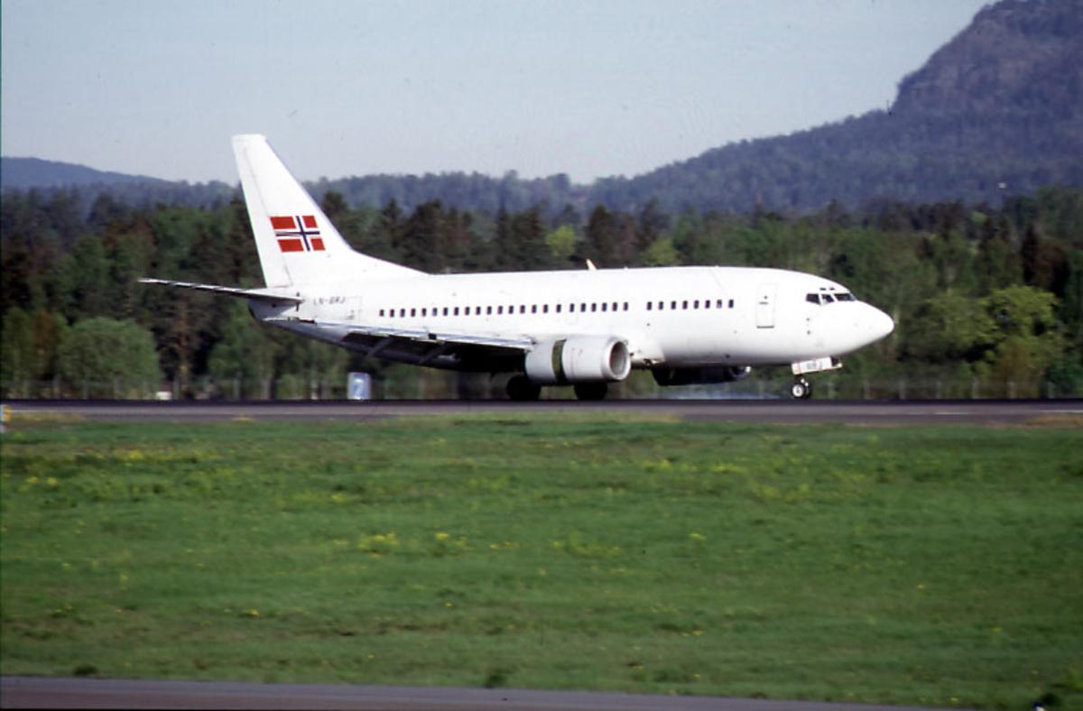 "Lufthavn, 1 fly på bakken, Boeing 737 500, LN-BRJ, ""Magnus Barfot"" fra Braathens."