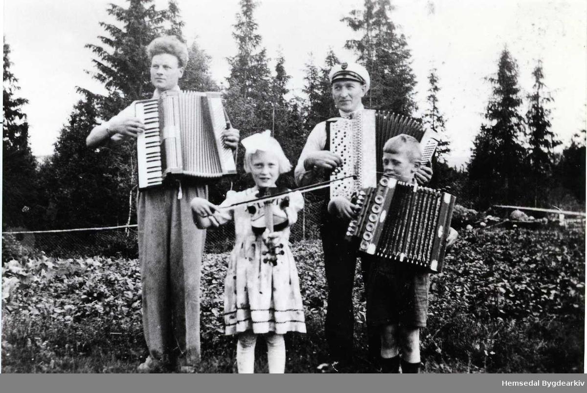 Frå venstre: Svein Grøthe, Kari Snerthe, Peder Snerthe og Erik K. Langehaug