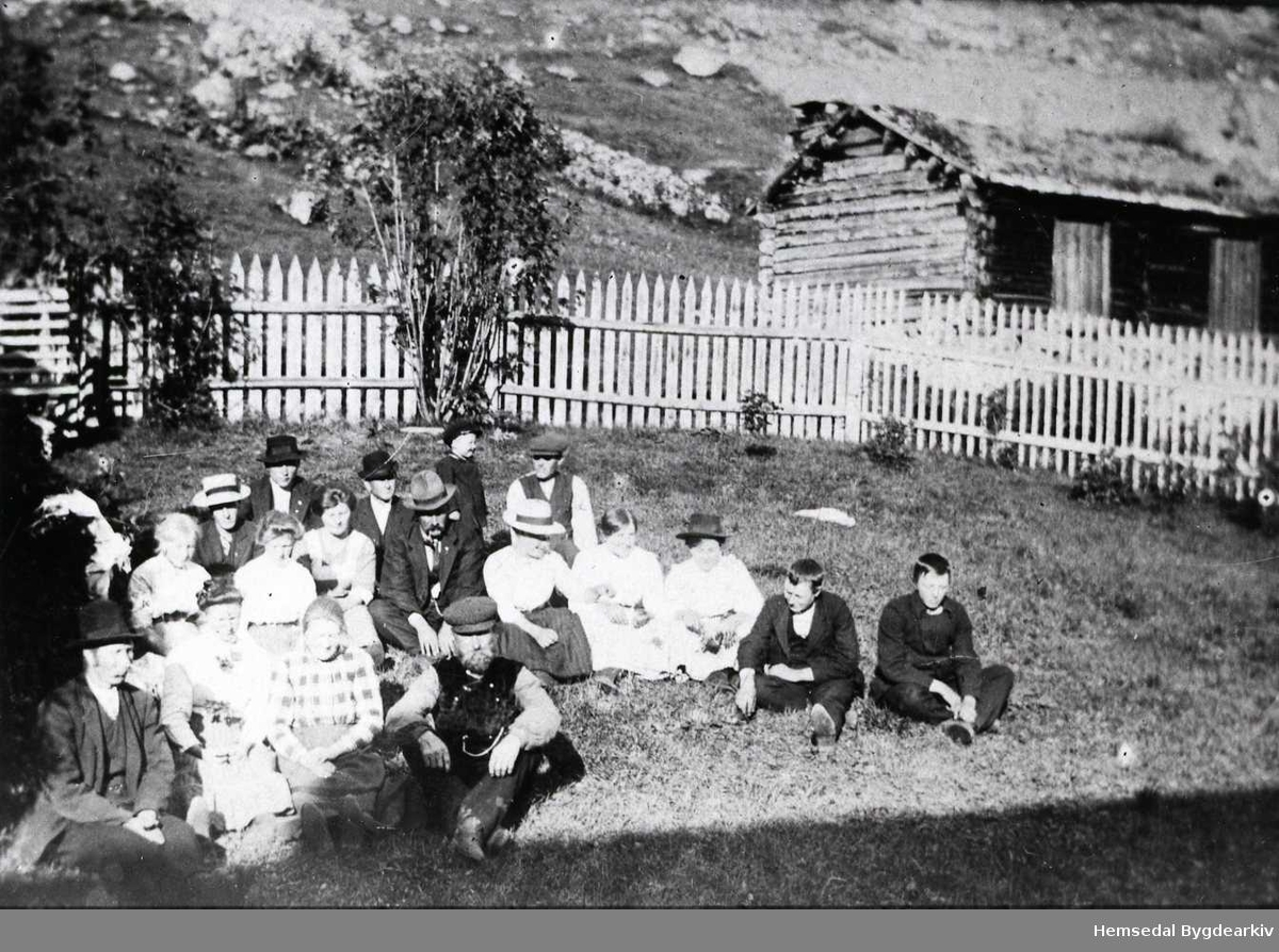 Ungdomar i Sørgarden (Sygarde) i Grøndalen i Hemsedal. Alle personane er identifiserte. Namneliste i Hemsedal Bygdearkiv. Smia på Sørgarden i bakgrunnen