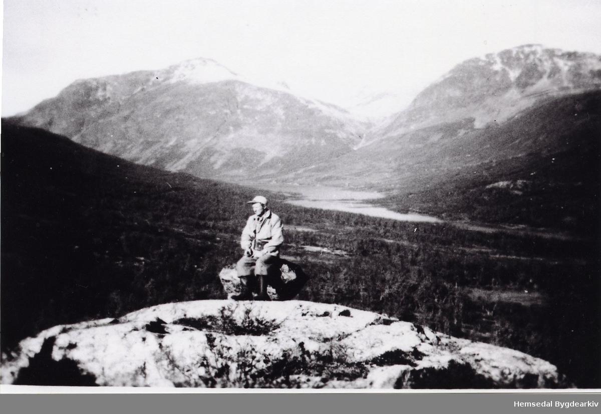 Erik Helgesen på saueleiting. Hydalen og Trongebytta  (Trøngebytta, dialekt) i bakgrunnen.