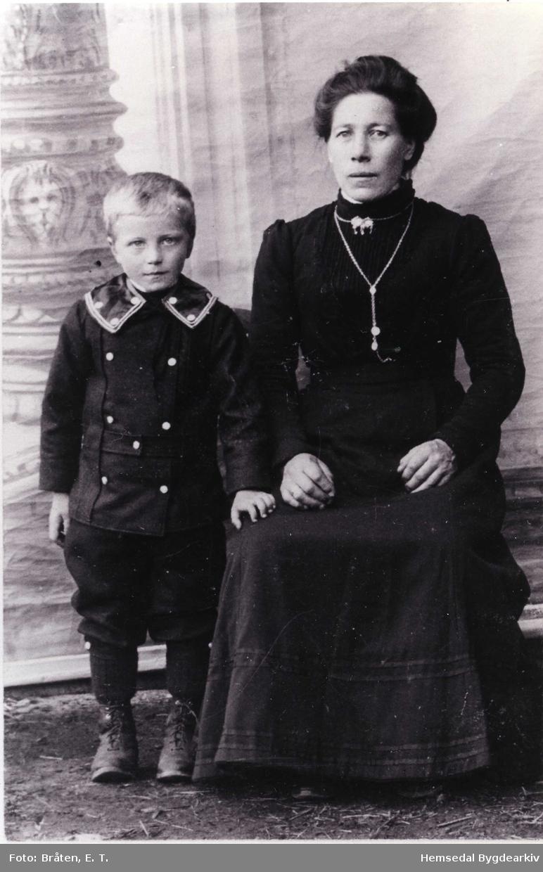 Sigrid Venås (1870-  ) med sonen Nils. Ho vart enke før sonen var fødd.