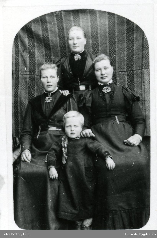 Grosetfolk. Liv Groset (1842-1915, gift Dekko, står bakerst Kirsti Groset (1846 --), gift Skoltedokken Barbro Groset (1850--), gift Vøllo I kjole står eldste sonen til Liv, Olav Dekko, fødd 1865 Biletet er tek ca. 1870.