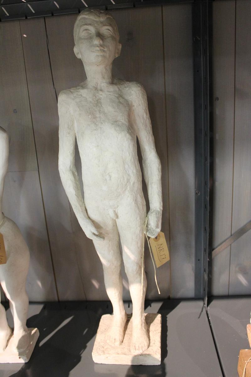 "Skulptur i gips. Tittel: ""OFFER"" fra 1953. Forarbeid til monument - FALNE-, Fagernes 1954."