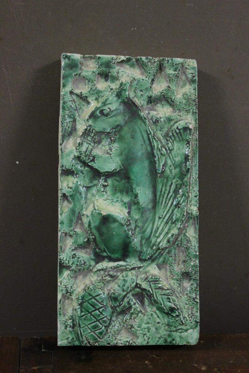 "Relieff plate i grønn glasur. Tittel: ""Ikorn"""