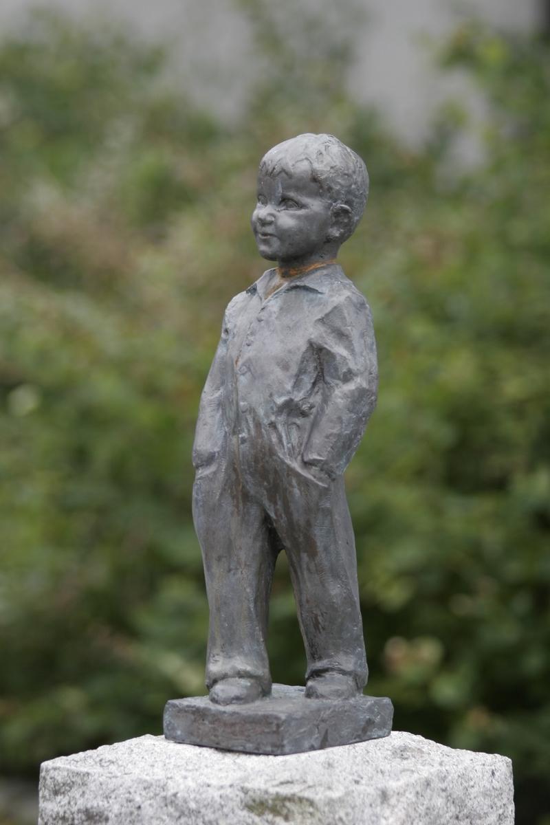 """Skulptur i gips av en ung gutt med hendene i lommene. Tittel:  """"Ka heite du då""""?, """"Vigelandsgutten""""?"""