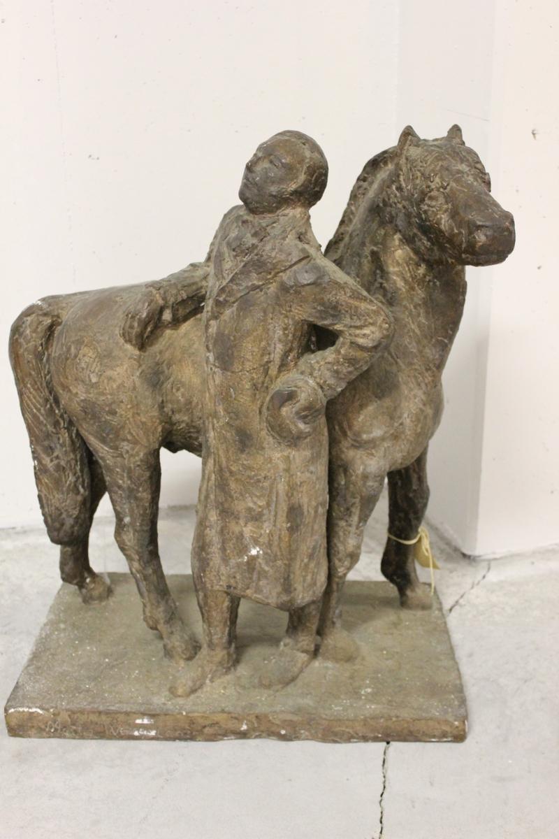 """Skulptur i bronse av en mann og en hest(fjording) Tittel: """"Henrik Wergeland og Veslebrunen"""". Konkurranseutkast til monument på Eidsvoll i 1956. Se også nr.227."""