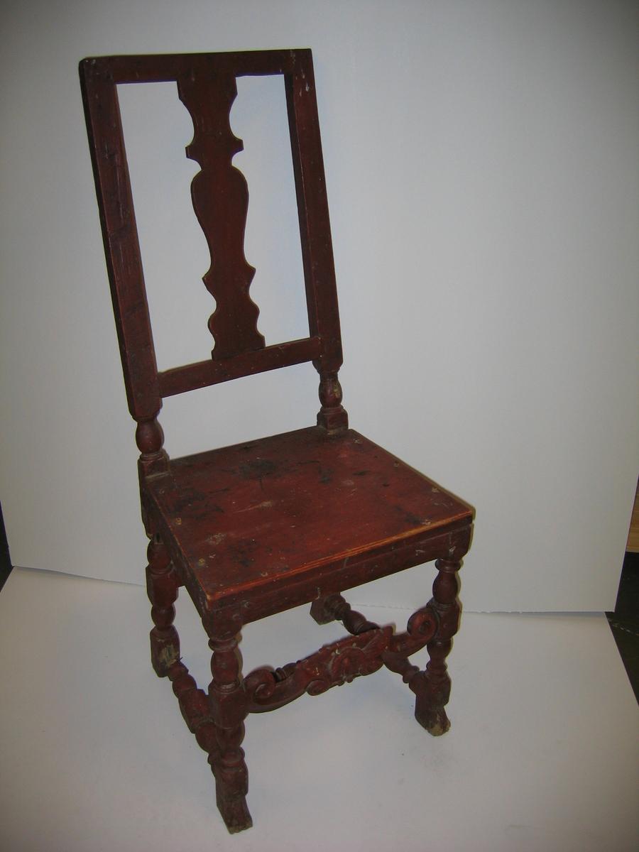 """1 stol.  Rødmalt stol, hvis underdel (føtter og forbindingsbrettet) ligner stol fig. 148 c (i """"stole og bænke i Norge"""")  Har profileret midtbredt i ryggen og træsæte. Vel vedlikeholdt. Kjøpt i Anders Fedjes dødsbo, Feios."""