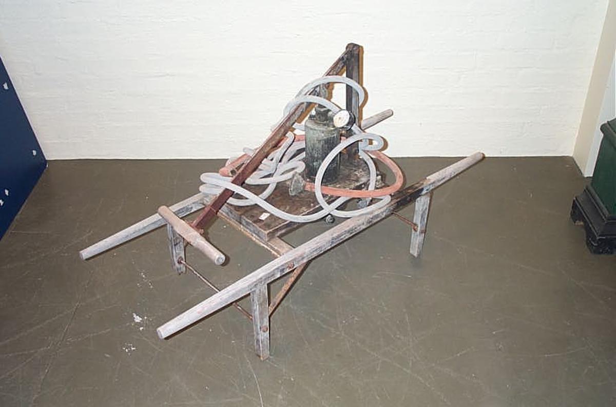 DHS.30915/fruktsprøyte er inn komen til museet mellom 1980 og 1990. Historien til gjenstanden er ukjend.