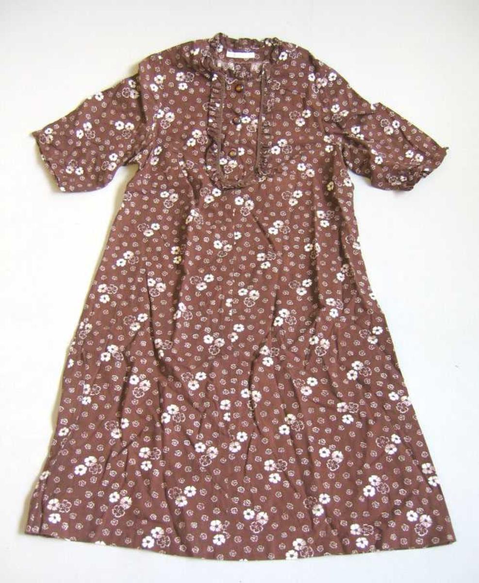 Kjole med kort arm  -  knapping i hals/front