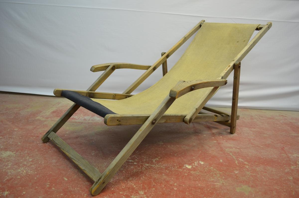 Fluktstol der stativet er laga av tre medan setet er av eit striestoff.