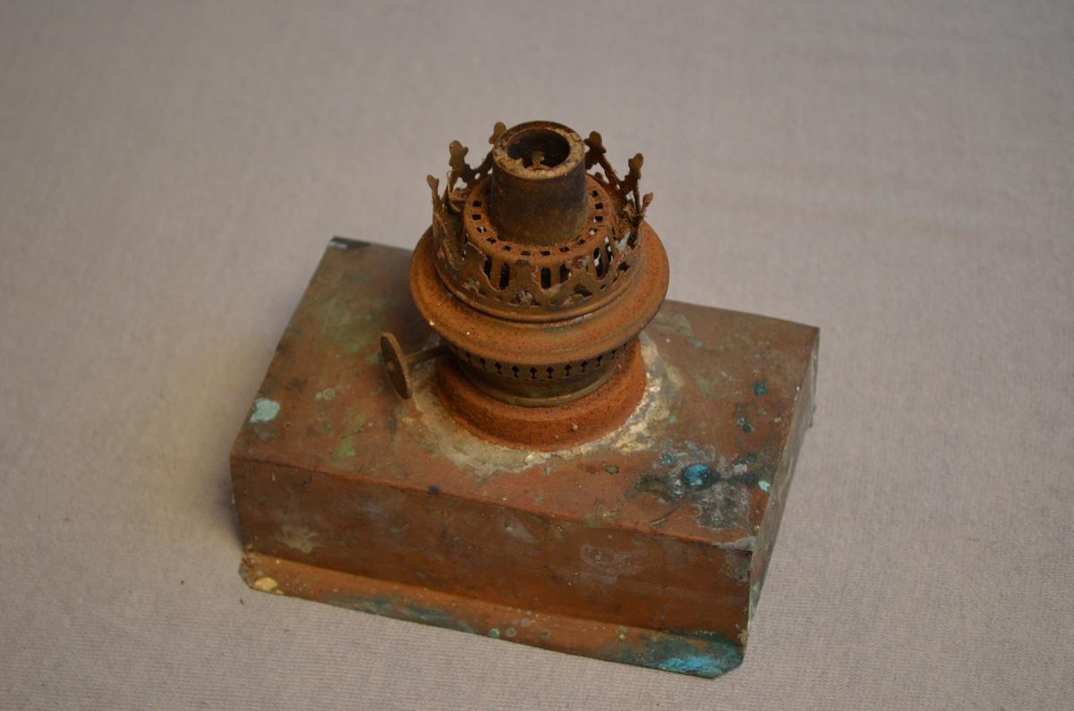 Parafinlampe som ser ut til å vere heimelaga der parafinbrennaren er lodda fast i ein boks.