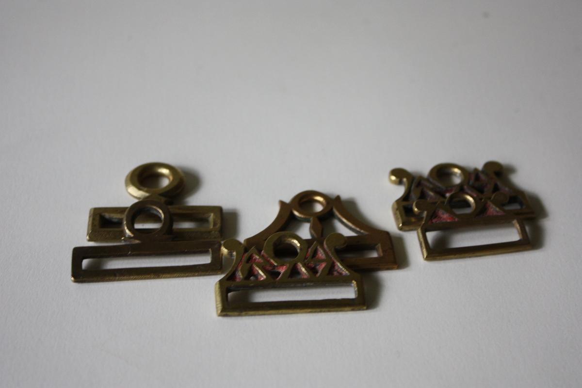 tre stk, med gjennombråtne ornament