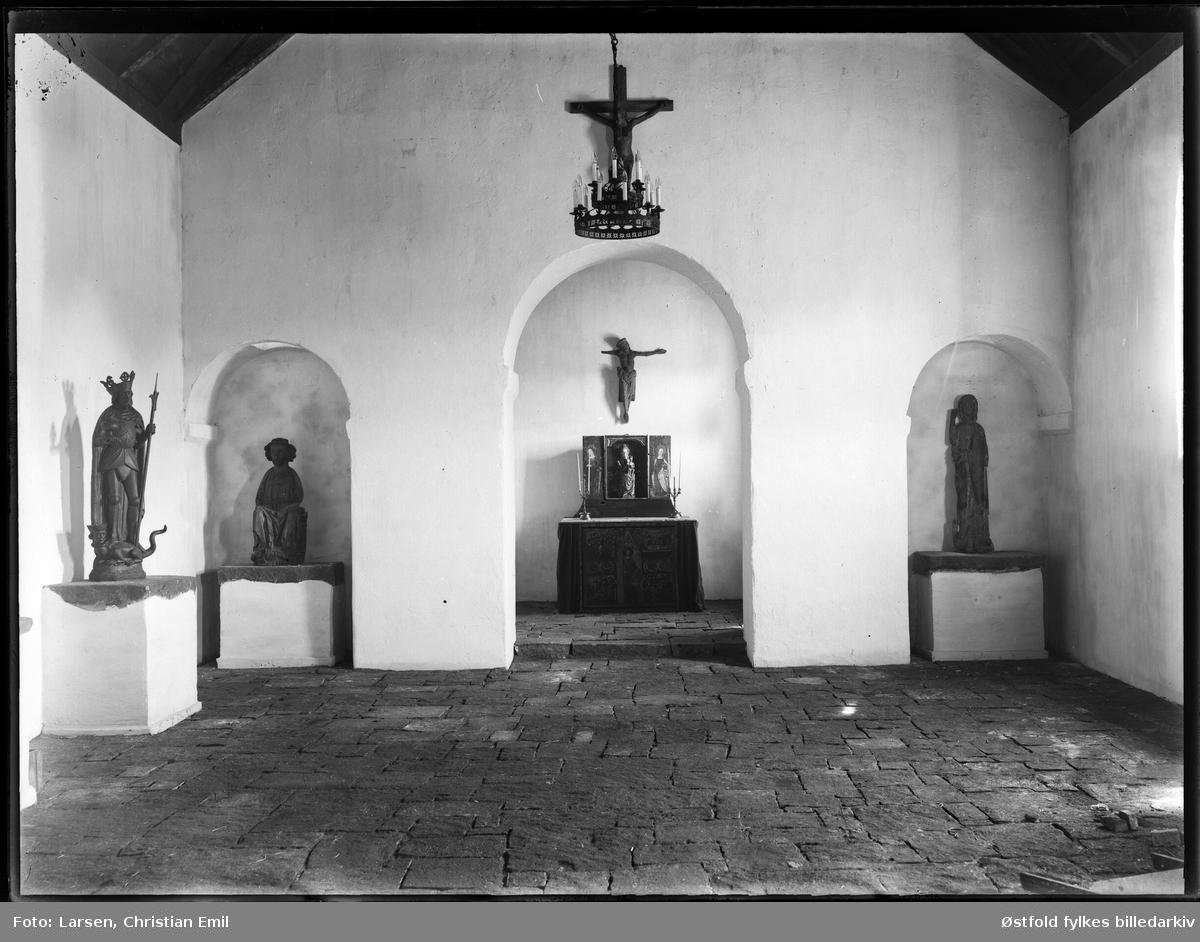 Borgarsyssel Museum, alter i Olavskapellet og diverse helgenfigurer, ant fotogafert i 1930, se stenarbeid nederst til høyre, da kapellet ble innviet. Olavsfrontale BRM.01165, er en kopi som kom til  museet i 1930.