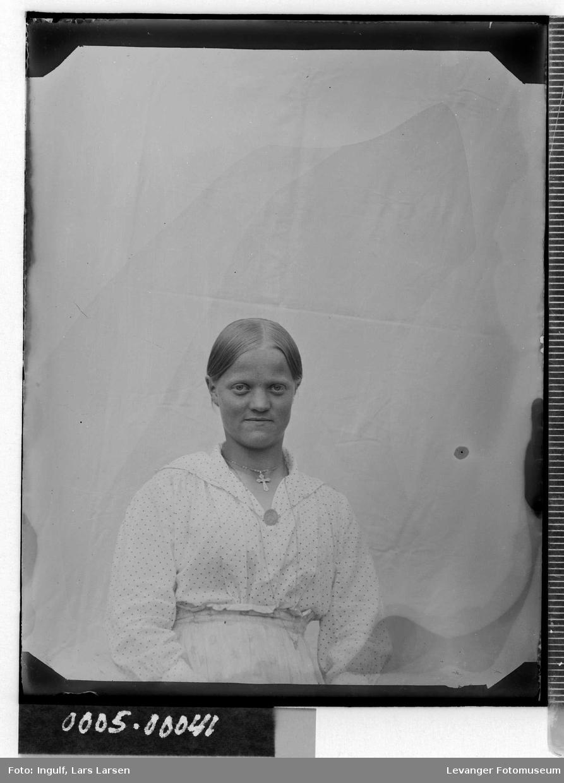 Portrett av av ung kvinne.