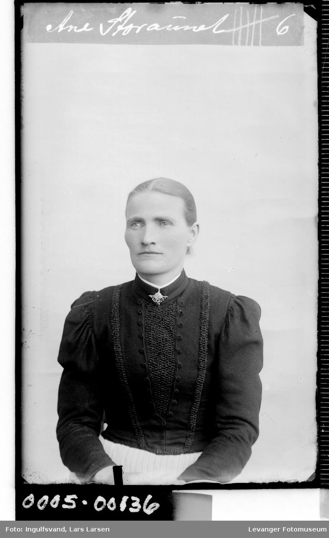 Portrett av kvinne i med halssmykke.