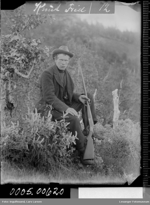 Portrett av mann med gevær.