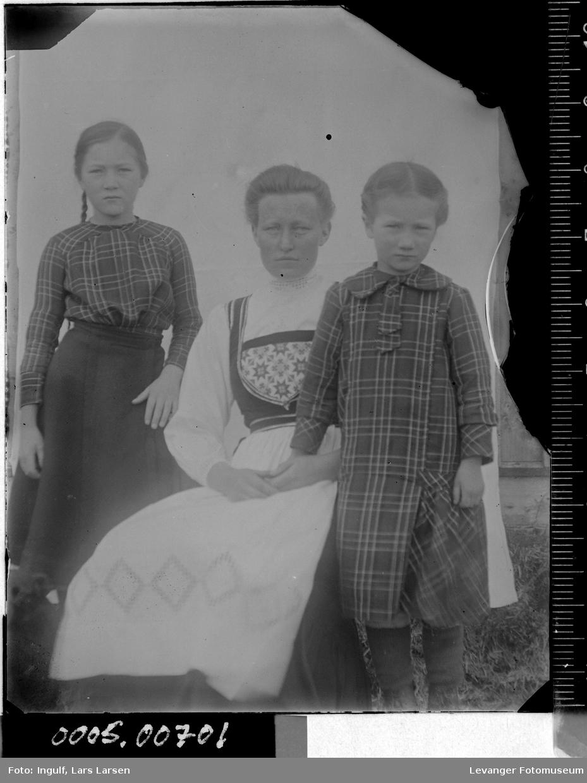 Portrett av en kvinne og to jenter.