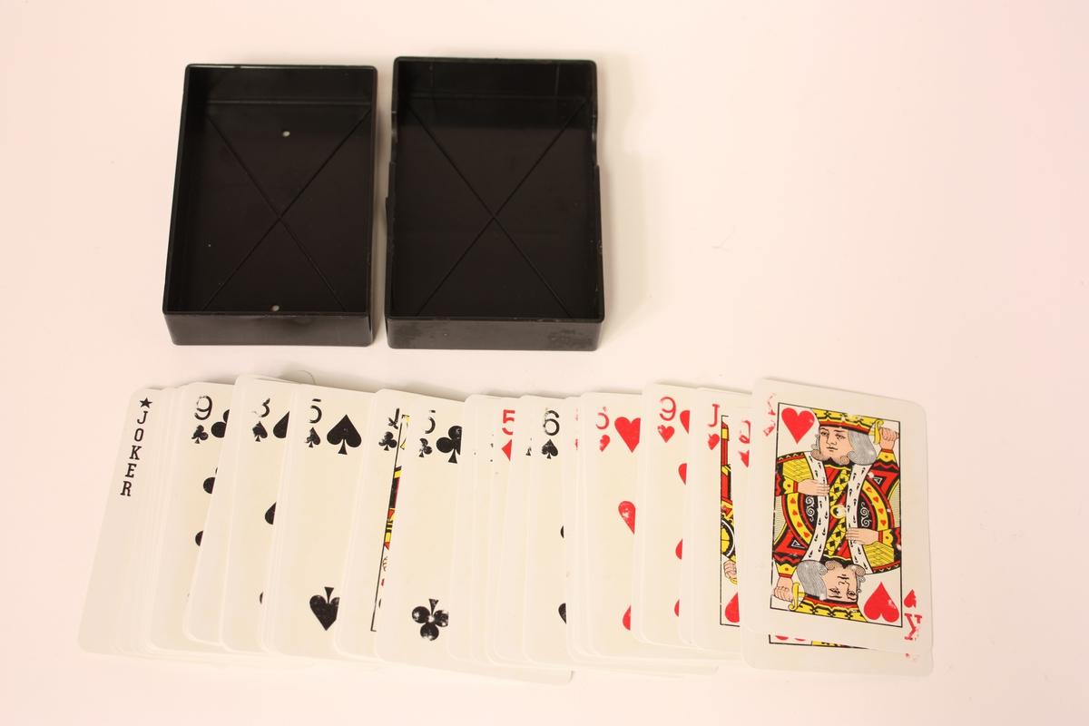 Kortstokk i plastetui, 52 kort med tillegg av to jokerar og eitt kort for etterbestilling av manglande kort.