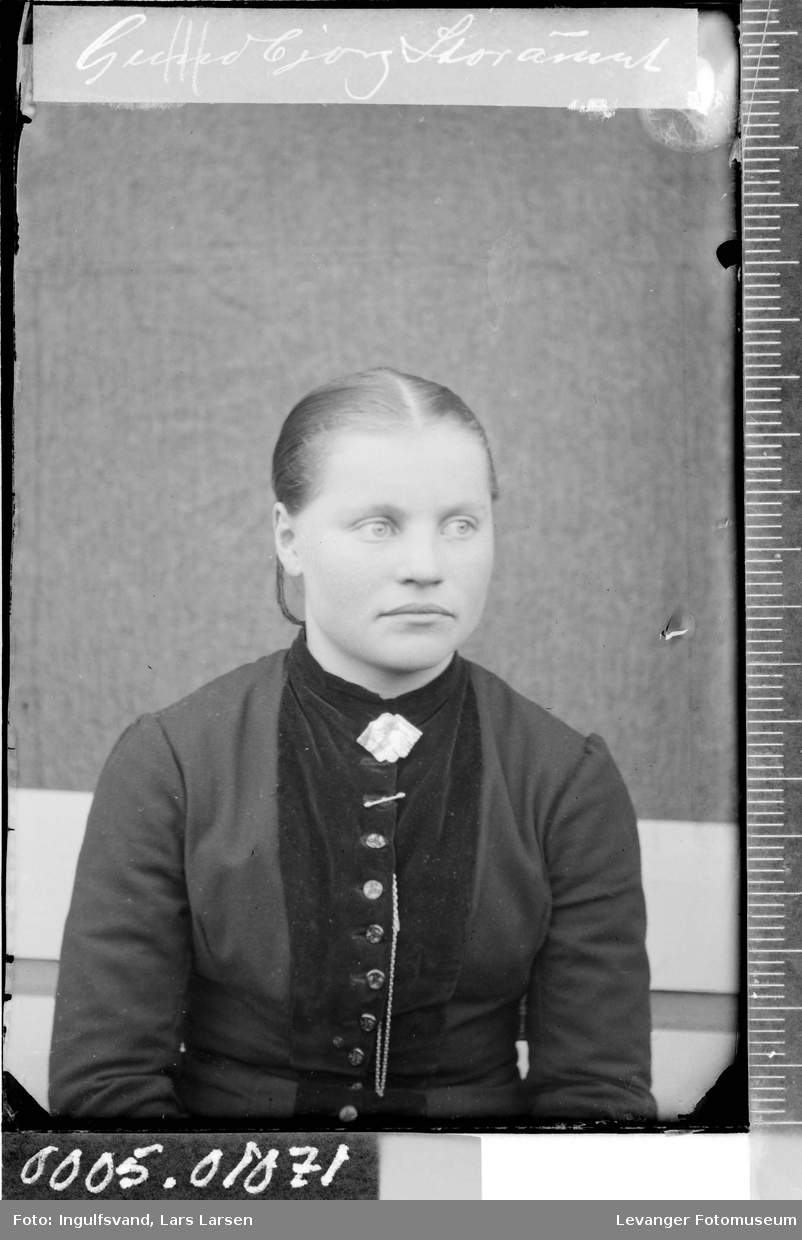 Portrett av en ung kvinne.