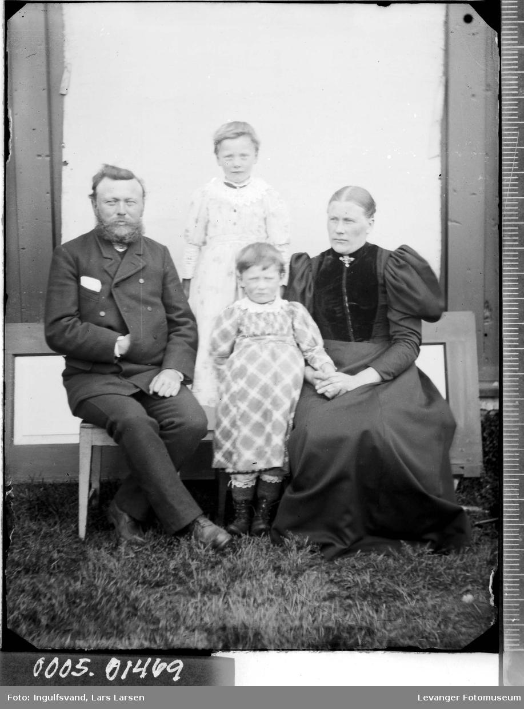 Portrett av en mann, kvinne og to barn.