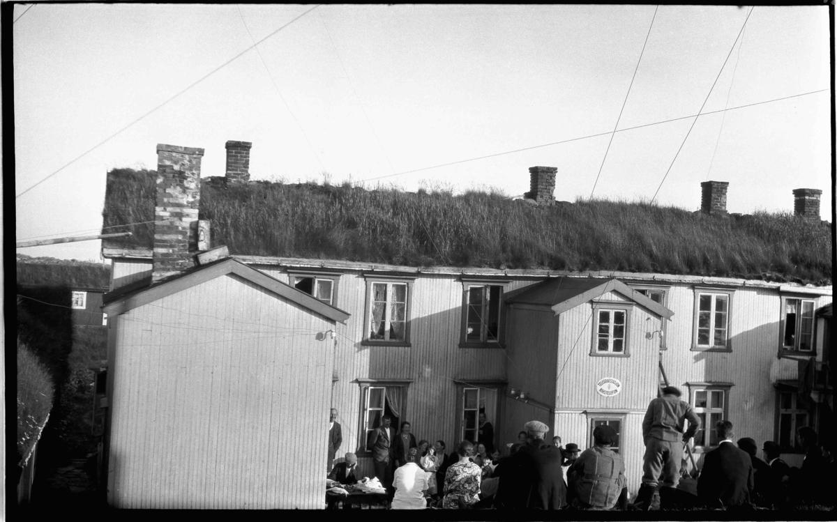 Forsamling ved våningshus med telegrafstasjon og rikstelefon. Frå Helligvær i Nordland?