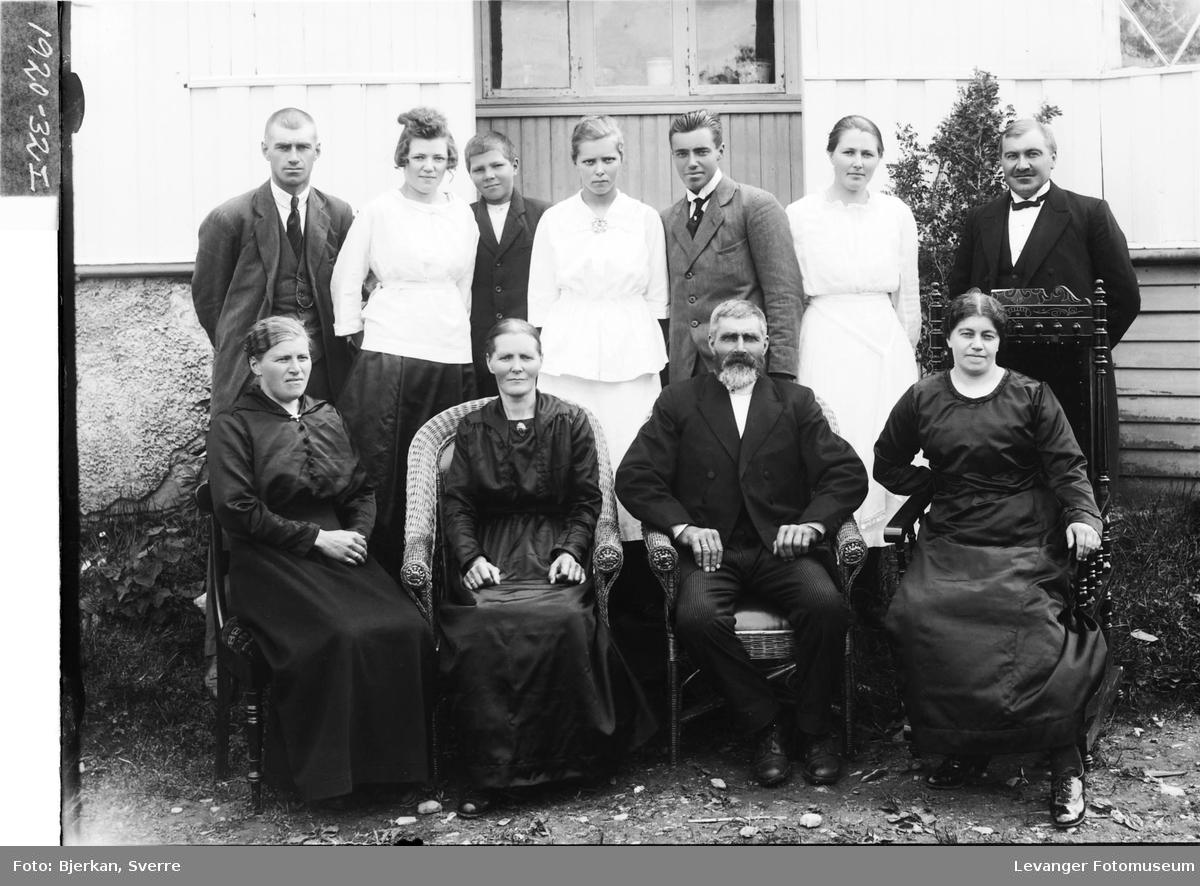 Mens Folden , kone og deres barn