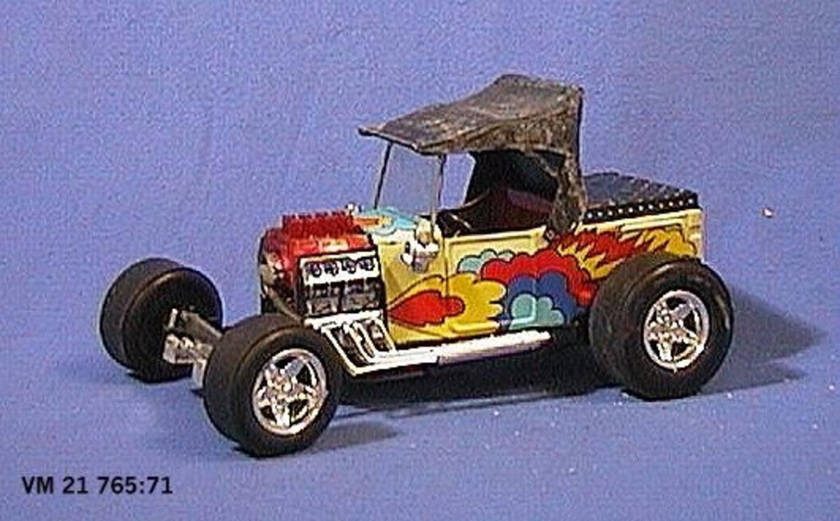 En av tre  bilar av ''beach-buggy modell'' med breda hjul. En av bilarna har öppet motorrum samt skåp, tillverkad av Tonka. Den andra bilen har öppet motorrum och vissa former av veteranbil från tiden omkring 1930, tillverkad i Japan. Den tredje bilen har formerna av en racerbil med kraftigt överdimensionerade hjul, tillverkad av Tonka, Toronto, Canada. Samtliga bilar är tillverkade av plåt och plast på 1970-80-talen.