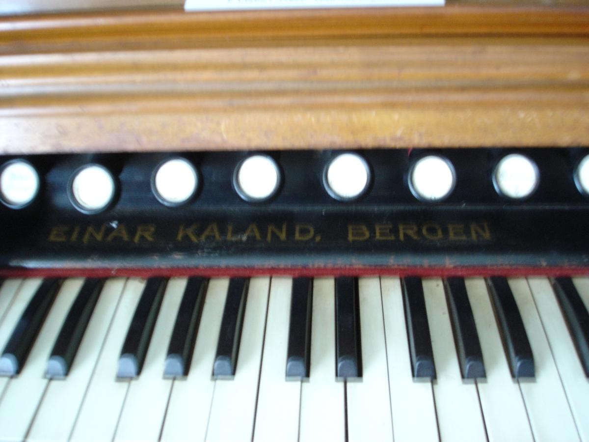 Omfang: FF-f''' (5 oktaver) i to manualer + CC-d (2 oktaver+sekund) i pedalverk 9 registerknotter.