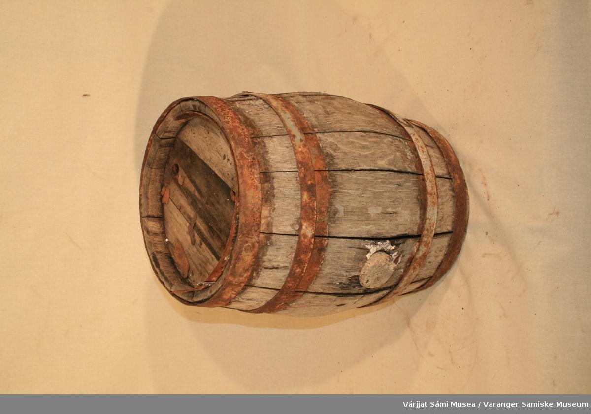 Liten tønne, brukt til oppbevaring av tran. Tønna er er satt sammen av trestaver med jernbånd som holder dem på plass.