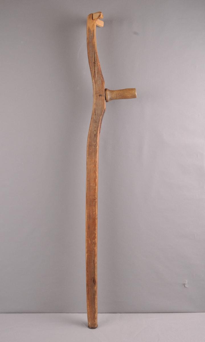 Stokk av tre med handtak og støtte i toppen. Laga av eit langorv som er kappa og tilpassa.