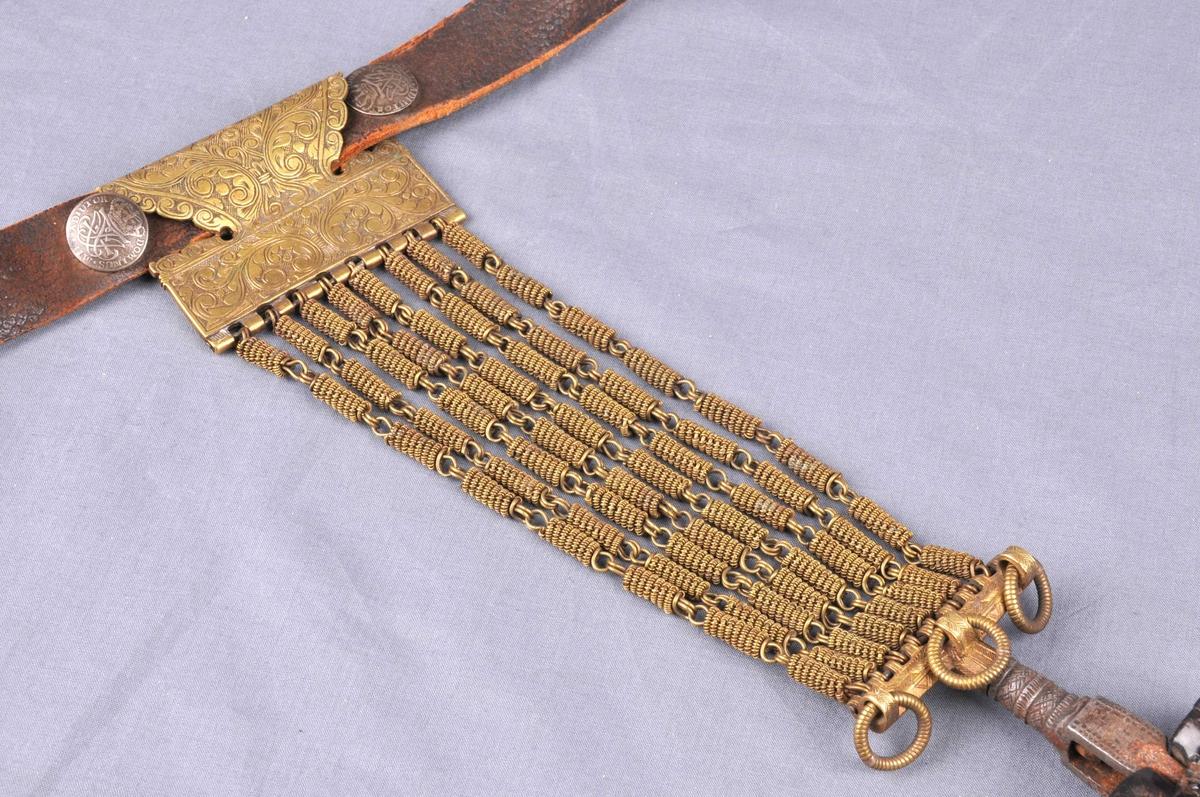 Belte av lær med støypt spenne og ti skillingsknappar frå 1730 innmontera.