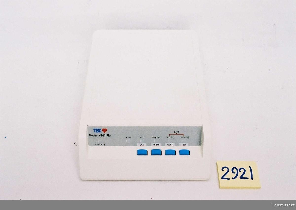 Art nr 25-133-4868. Med kryptering Automatisk modem for oppringt samband HAYES Kompatibelt 300, 1200, 2400 bit/s. Full dupleks Asynkron/synkron drift Passord/tilbakerigningsfunksjon Fjern-konfigurering Automatisk oppring Automatisk svar med BPASS til telefon Automatisk feilretting og kompresjon med MNP 5