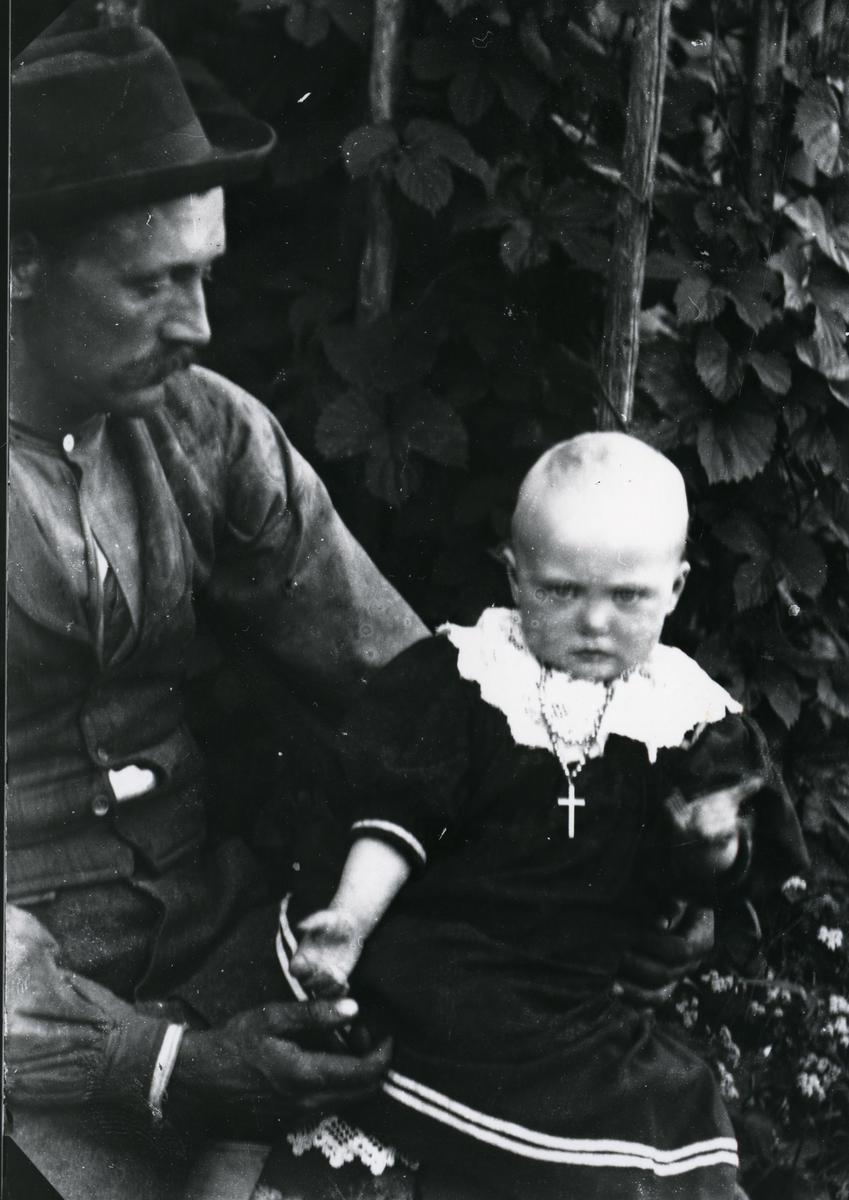 Mann med spedbarn på fanget