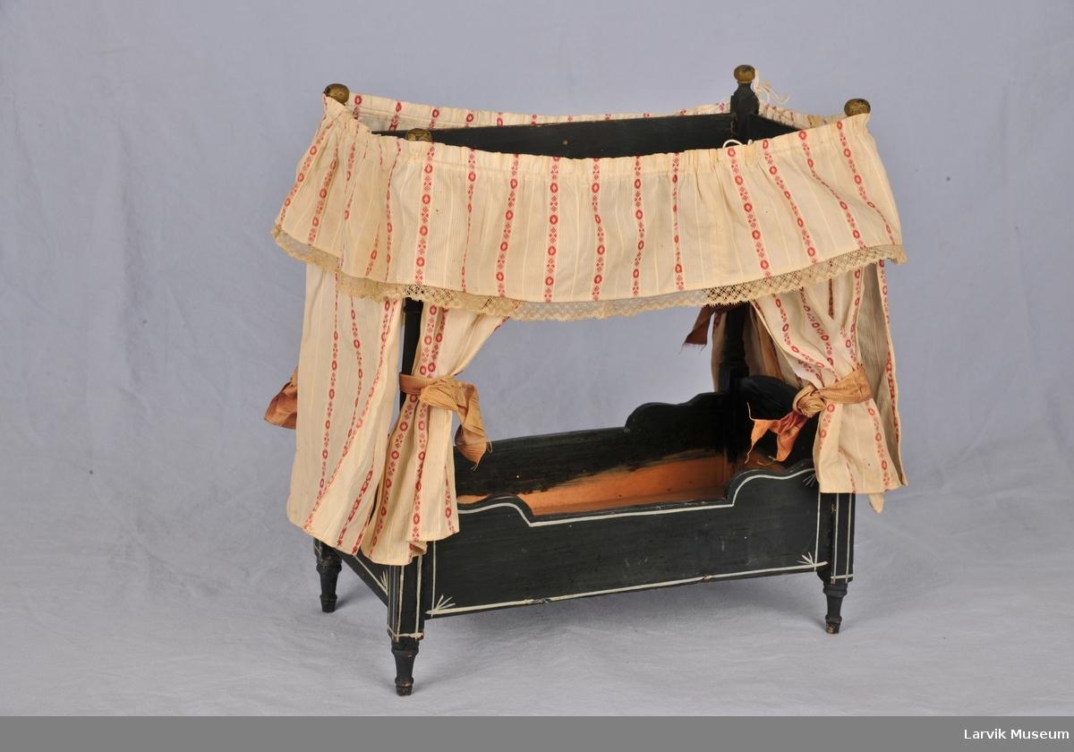 Form: Buede sengegavler, dreide stolper som ender i en bue øverst. Enkel bred list  som danner en ramme øverst. dreide ben.