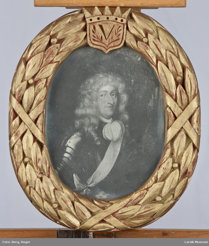 Foto: Ulrik Fredrik Gyldenløve Ramme: Utskåret laubærkrans som avslutter i overkant med en krone-emblem med initial V