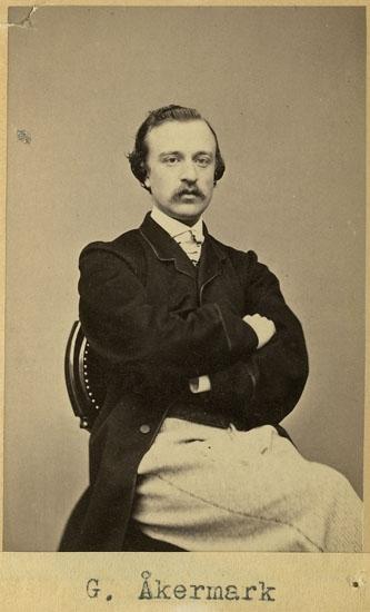 """Text på kortets baksida: """"Gudmund Åkermark""""."""