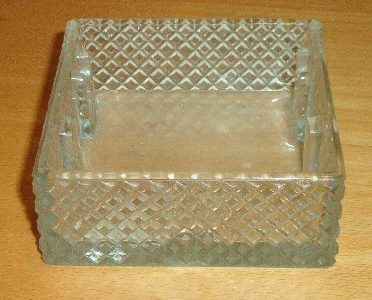 Askebeger av glass. Firkantet med rutet mønster på sidene. Pr. dagsdato i utstilling på rom 201, lensmannsrom.