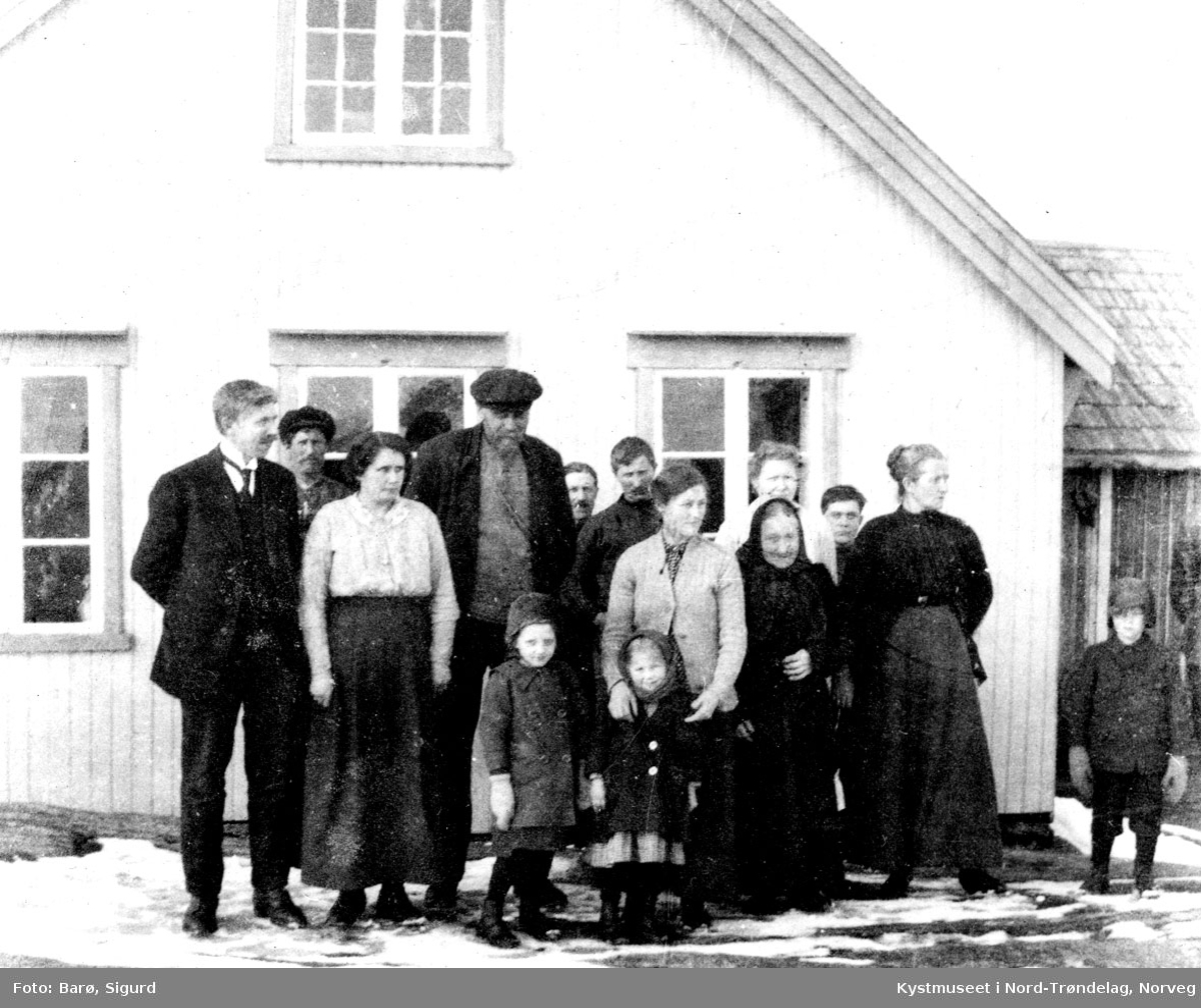 Samling foran hovedbygninga, Versøya.