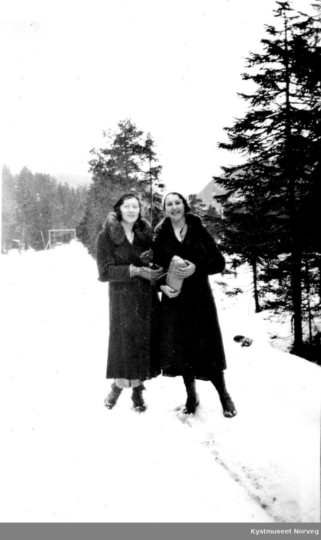 To unge kvinner.
