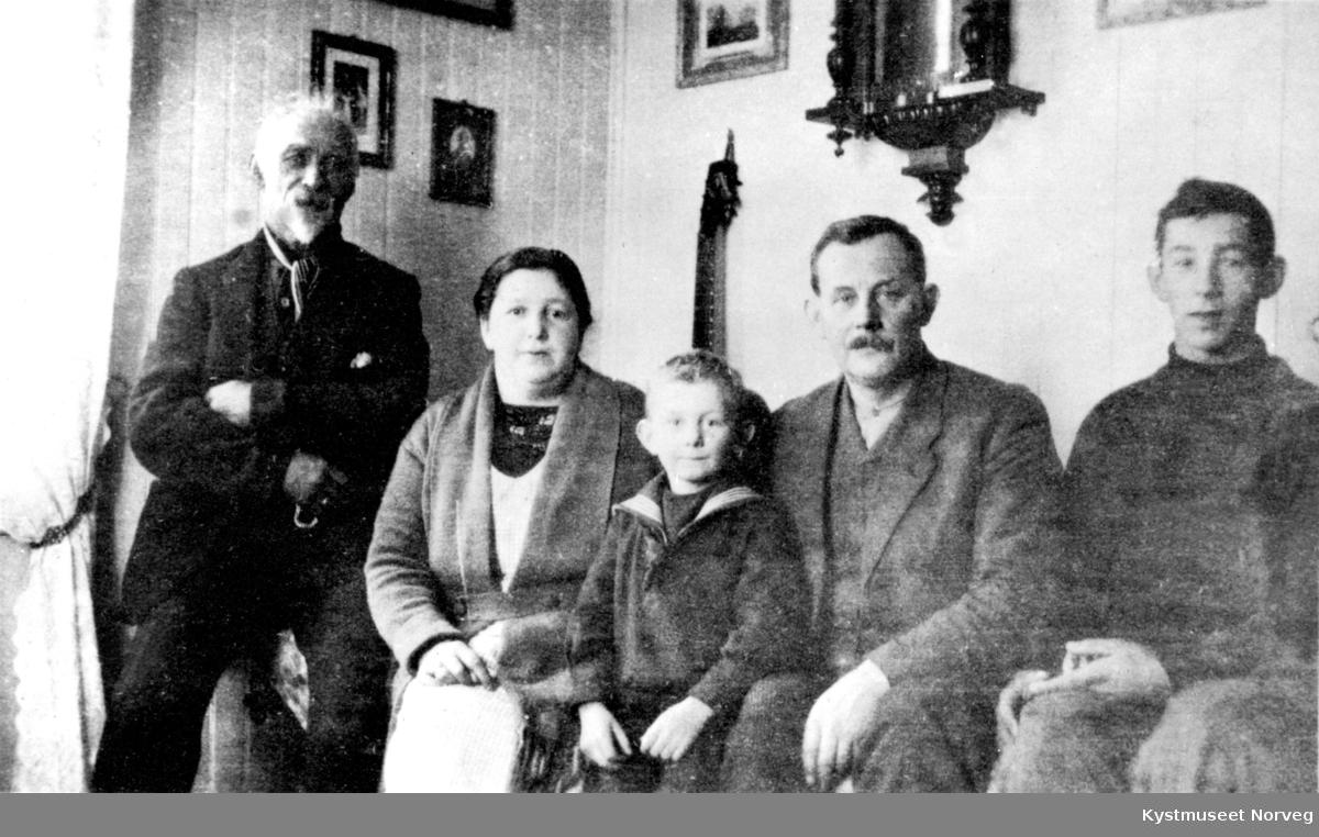 Fra venstre: Rindulf Horseng, fyrmester Marius Haraldsø med kona Dorthea Åsen Haraldsø med sønnene Bjarne og Ragnar