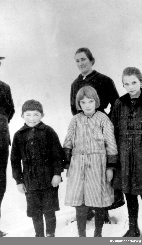 Ragnvalda Lyngsnes med fra høyre: Hallgerd Anna, Reidun og Rindulf